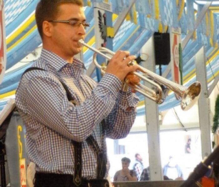 Unser Leiter der jüngsten Bläserklasse und Mitglied der Stadtkapelle Miltenberg, Michael Geiger, beim Solovortrag mit seiner Trompete.