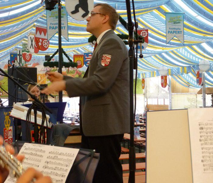 Unser Vizedirigent Fabian König beim Dirigieren des ersten Marsches zum Frühschoppenkonzert.